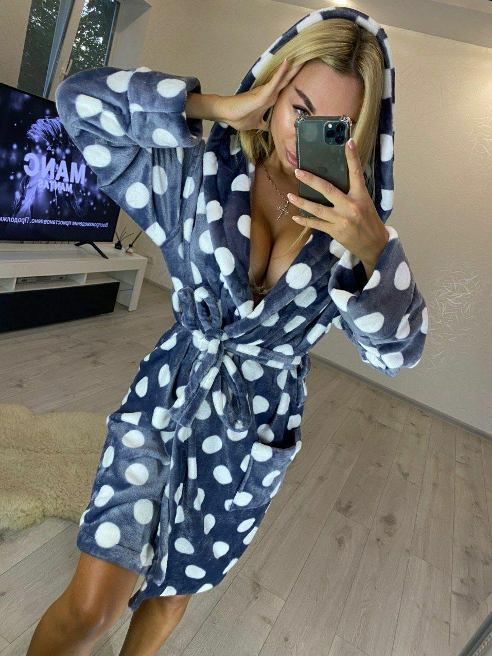 Женский домашний серый махровый халат с капюшоном в горох