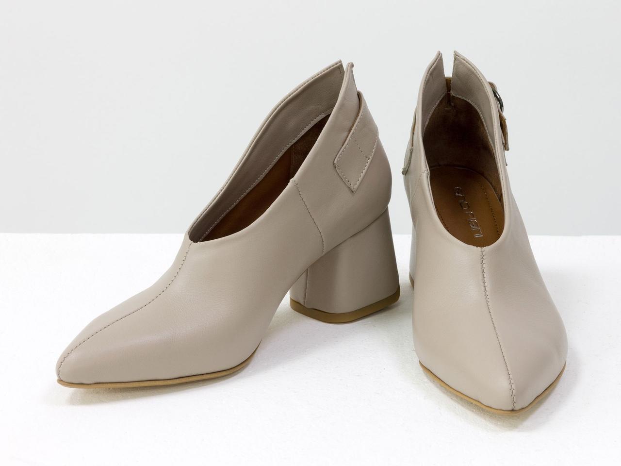 Туфли бежевые женские кожаные закрытые на среднем каблуке с пряжкой