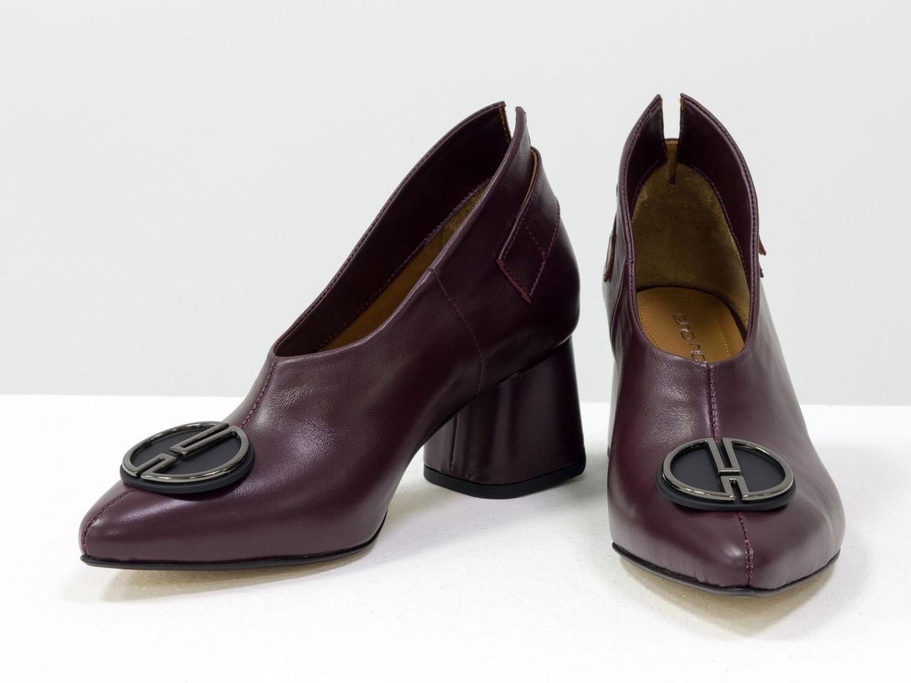 Туфли женские бордовые кожаные закрытые на среднем каблуке с пряжкой и фурнитурой