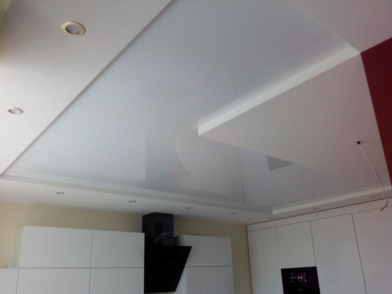 Глянцевый натяжной потолок на кухне, фото 1