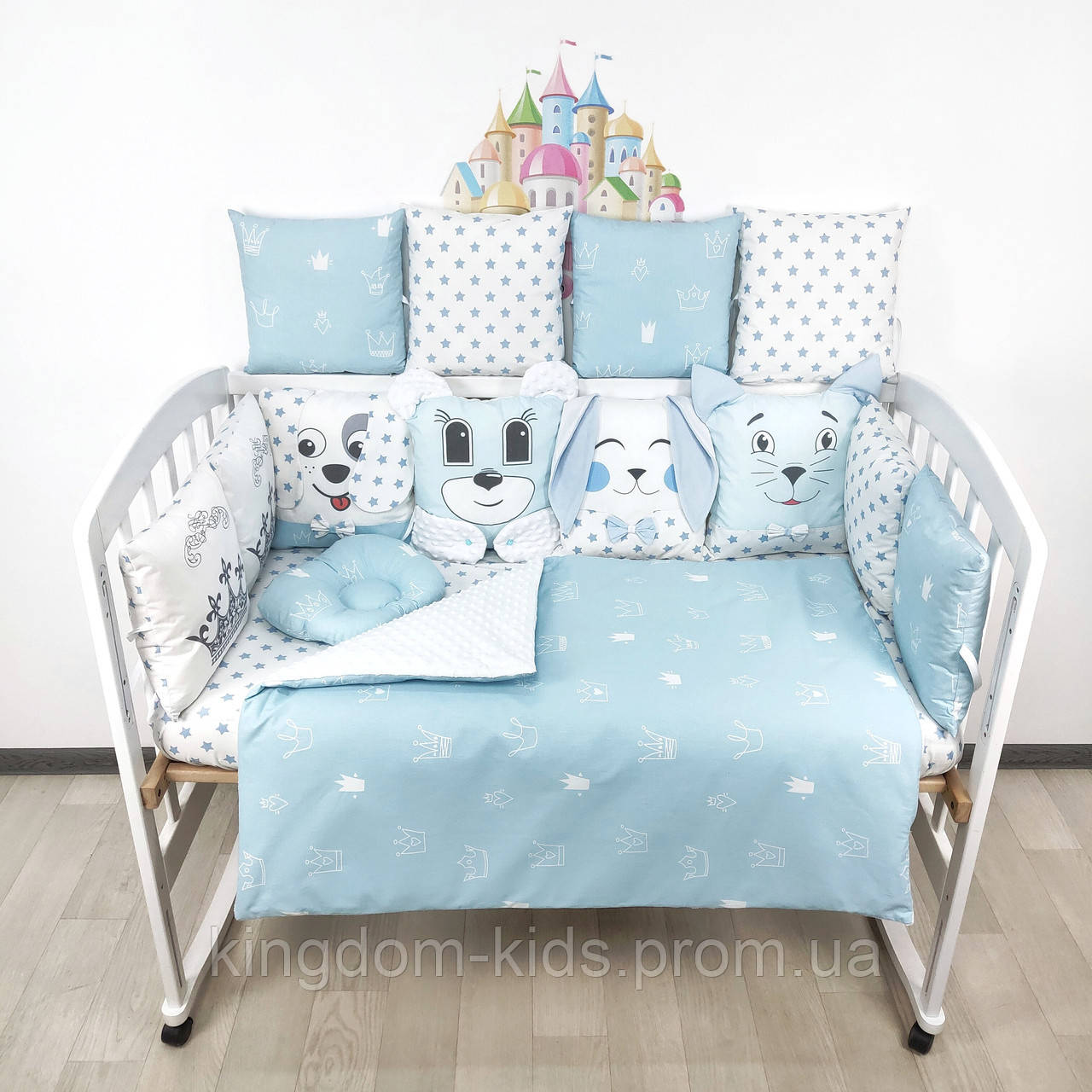 Комплект бортиков и постельного в кроватку с игрушками и коронами в нежно-голубых тонах