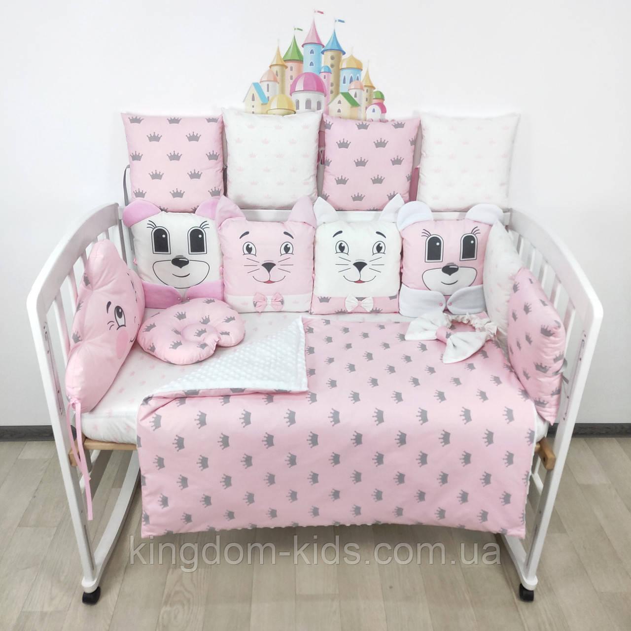 Комплект бортиков и постельного в кроватку с игрушками и облаком в нежно-розовых тонах