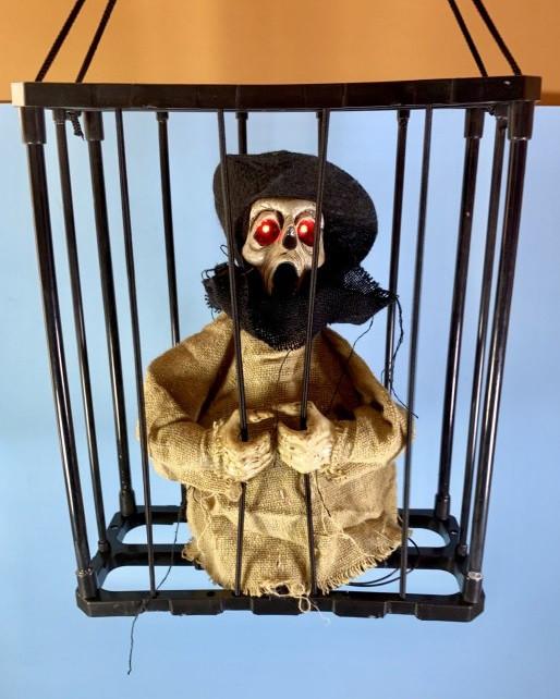 Подвесной декор на Хэллоуин Нежить в клетке со звуком желтая, 28 см