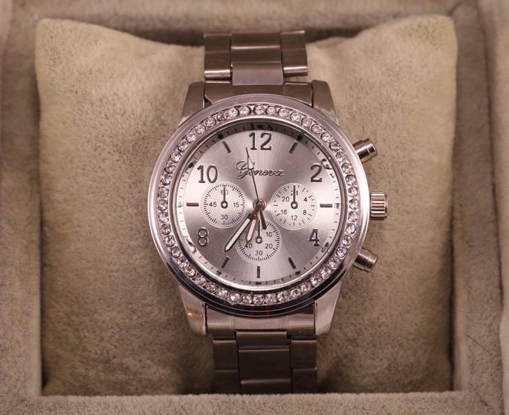Стильные и модные женские наручные часы Geneva на руку с камнями сваровски золотистые Серебро