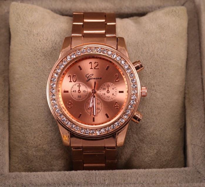 Стильные и модные женские наручные часы Geneva на руку с камнями сваровски золотистые Розовый