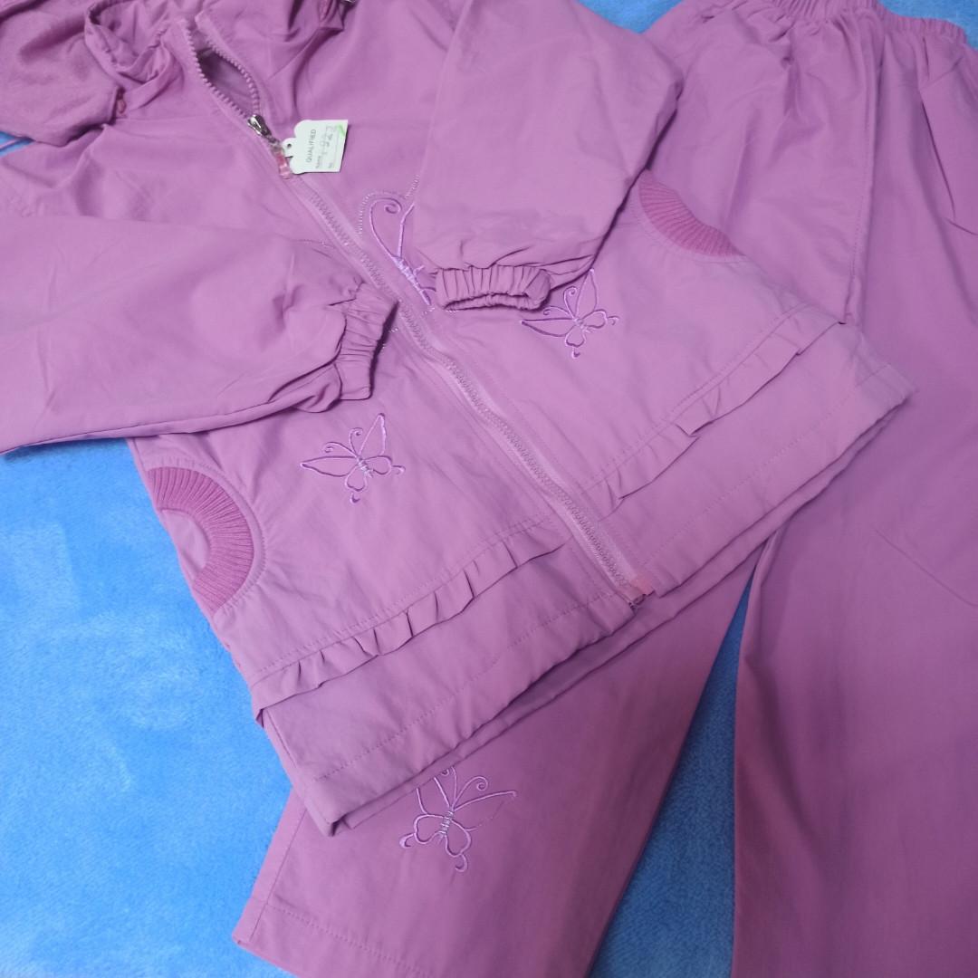 Костюм нарядный модный теплый для девочки на флисе. Верх-плащевка. Капюшон отстежной. Украшен вышивкой.