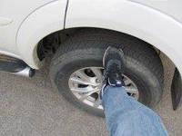 Навіщо досвідчені водії стукають по колесам ногою, сідаючи в автомобіль?