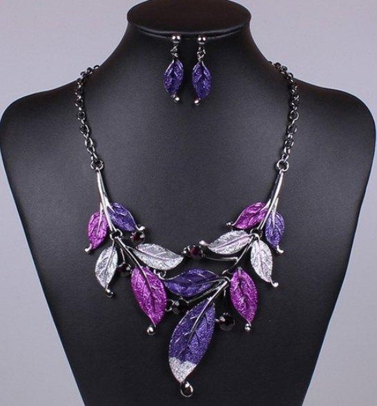 Фіолетовий набір біжутерії - кольє і сережки у стразах листя