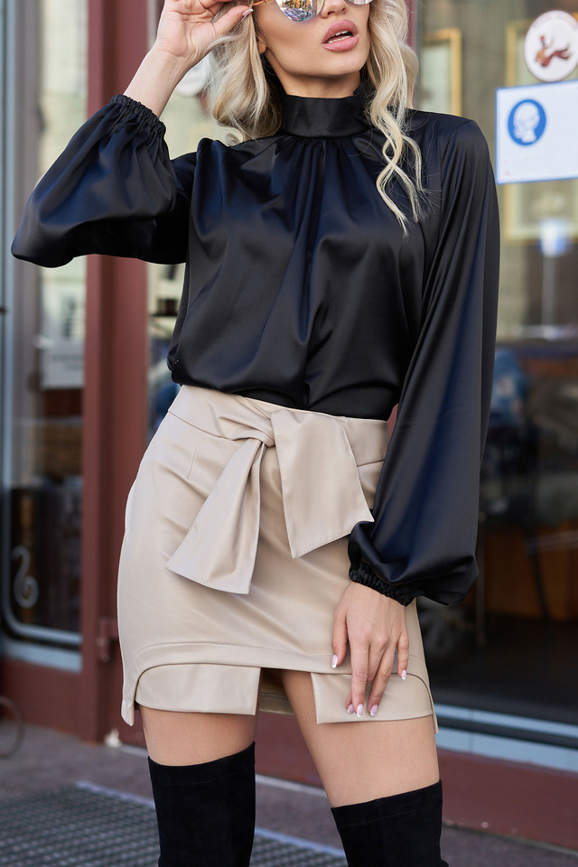 Красива чорна блузка