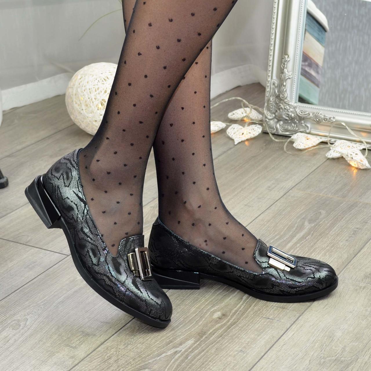 Туфли женские на маленьком каблуке, декорированы фурнитурой, натуральная кожа с принтом питон
