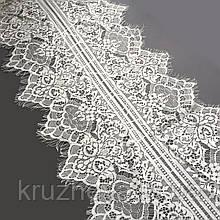 Ажурное французское кружево шантильи (с ресничками) белого цвета шириной 33 см, длина купона 2,9 м.