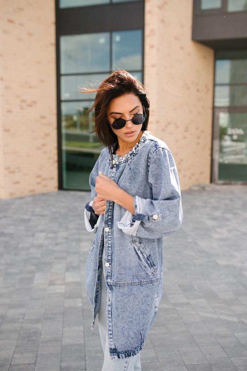 Лаконичная джинсовая курточка на кнопка большого размера