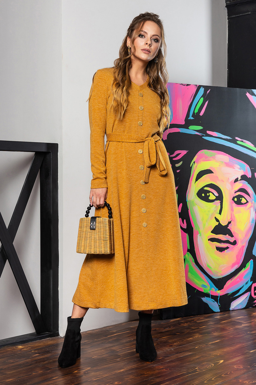 Горчичное платье с V-образным вырезом и пуговицами