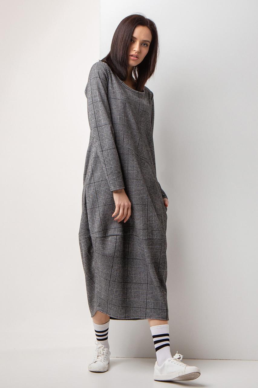 Трикотажное серое платье баллон в клетку с длинными рукавами и карманами