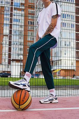 Зеленые спортивные зауженые штаны брендовые с белой полоской