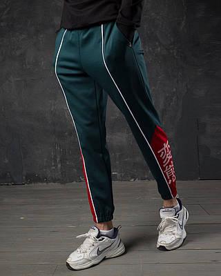 Зеленые спортивные зауженые штаны брендовые на манжете с белой вставкой и принтом