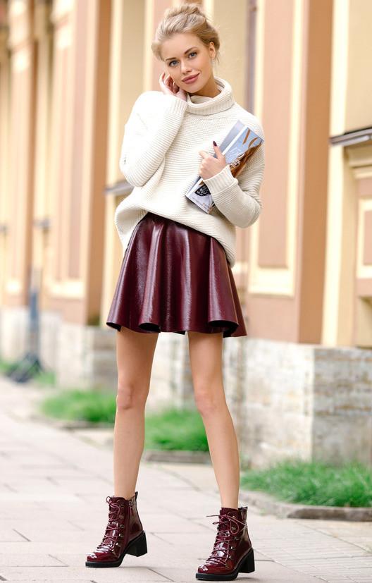 Красивая модная юбка бордо из экокожи
