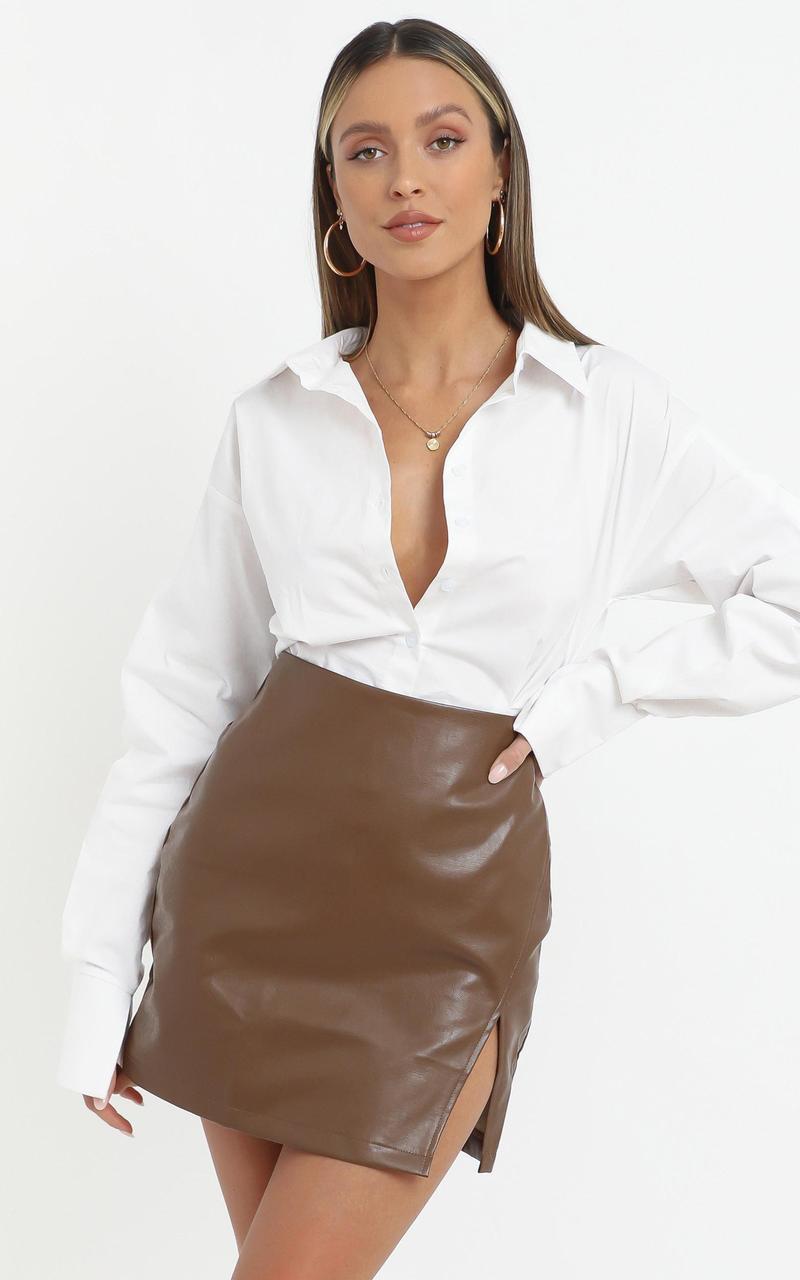Женская кожаная юбка в обтяжку коричневая
