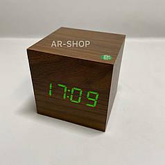 Электронные настольные часы  кубик под дерево , коричневый с зеленым свечением