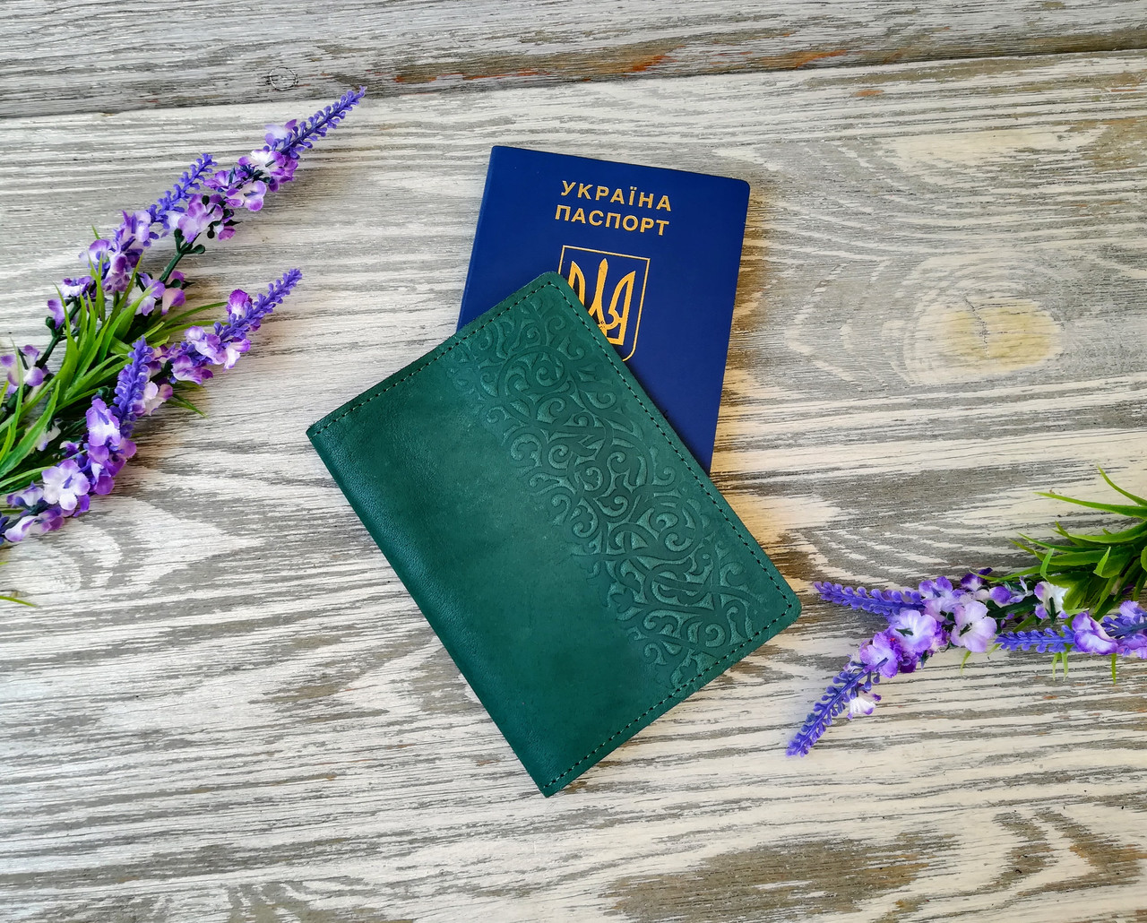Кожаная обложка зеленая на паспорт загранпаспорт  Украина  с тиснением восточный узор