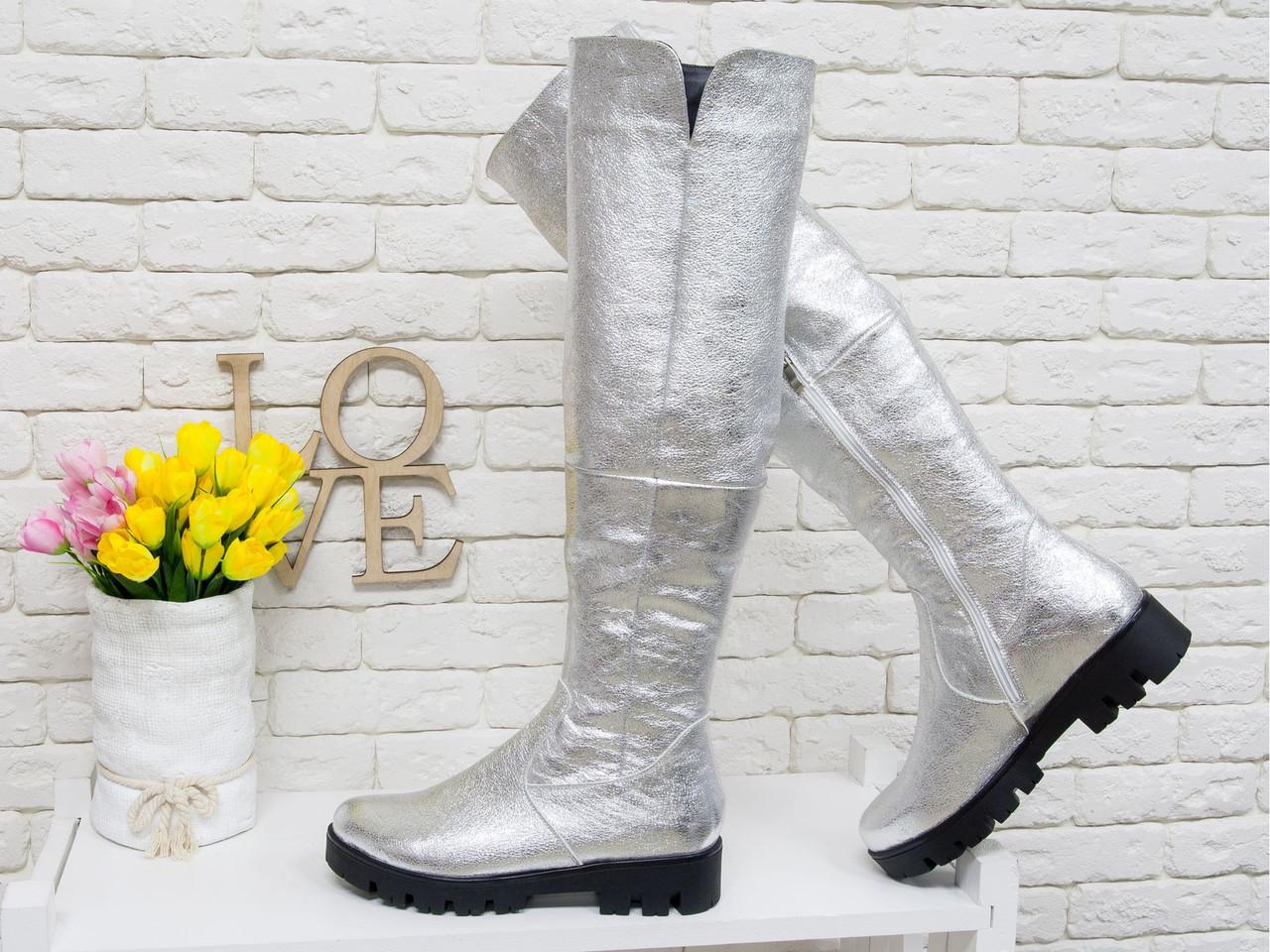 Жіночі чоботи-труби з натуральної срібною шкіри на стійкій тракторної протиковзкою підошві.