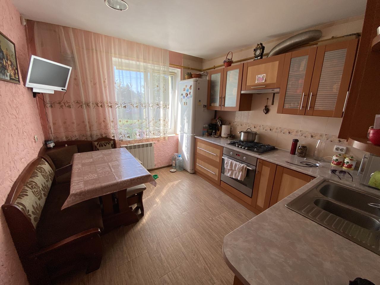 Продається двохкімнатна квартира в Жовкві з ремонтом і меблями