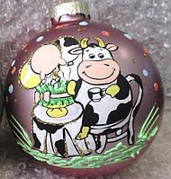 """Шар новогодний стеклянный, символ года 85 мм """"Буренка на празднике"""""""