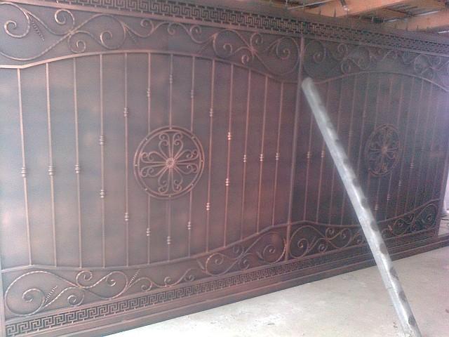 Ворота кованые откатные с зашивкой профнастил