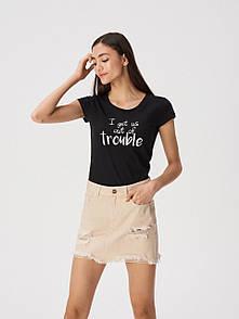 Жіноча футболка sinsay з написом i get us into trouble женская футболка