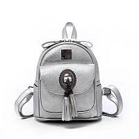 Модный маленький рюкзак женский городской. Рюкзак мини с брошкой и кисточками (серебристый)