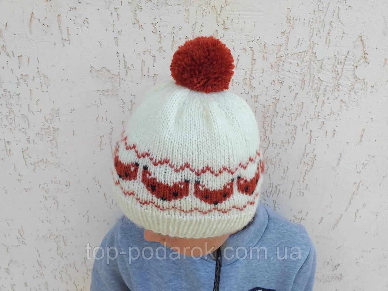 Вязанная шапка с лисичками с помпоном