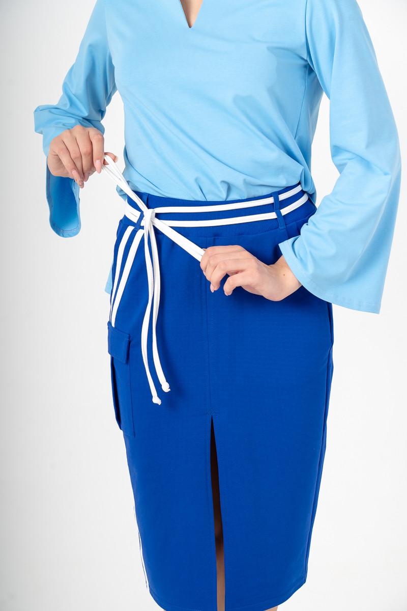 Юбка миди синяя с разрезом и асимметричным белым декором и накладным карманом