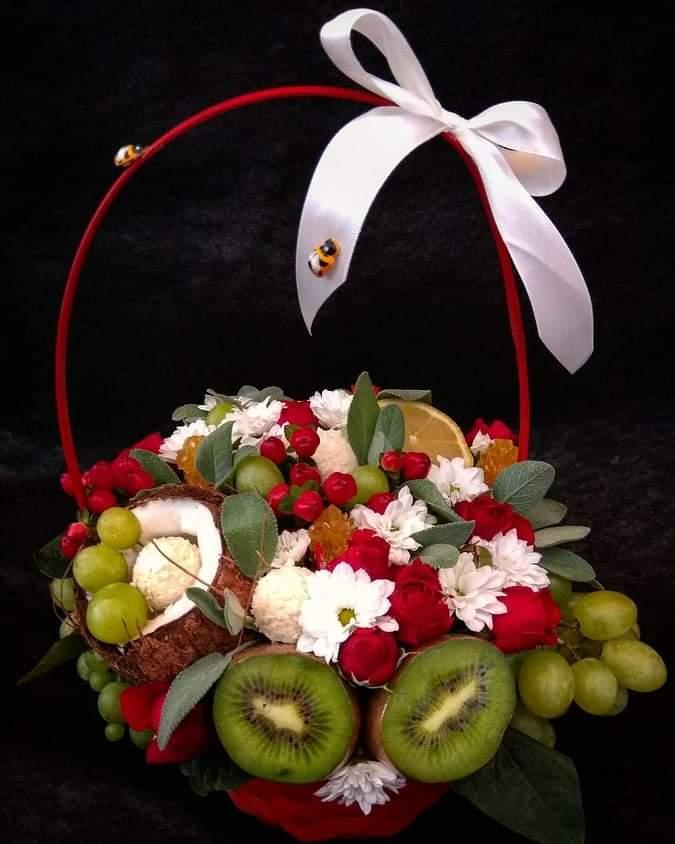Фруктово - квітковий букет у кошику