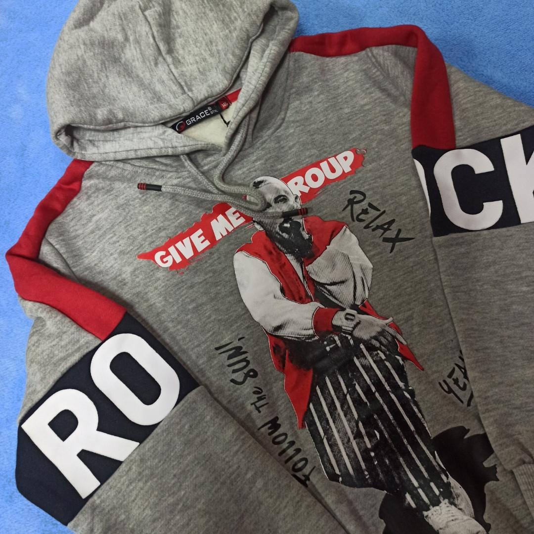 Толстовка модная нарядная красивая теплая стильная серого цвета с капюшоном и карманами.
