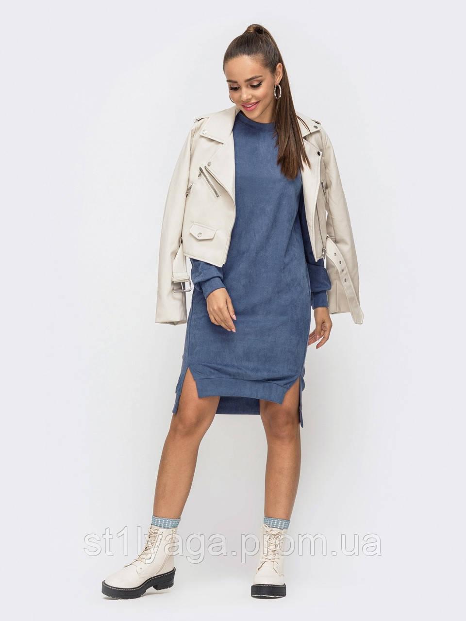 Синее платье из замши с удлиненной спинкой