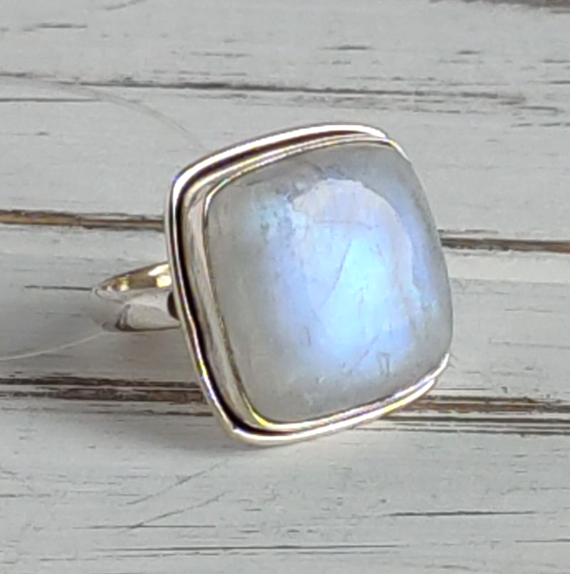 Серебряное кольцо 17 размера с большим лунным камнем
