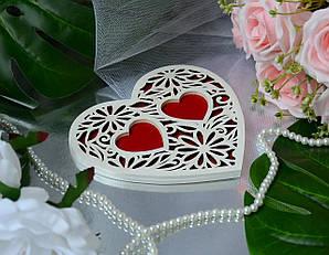 Деревянная подставка для обручальных колец с белым узором в бордовом цвете