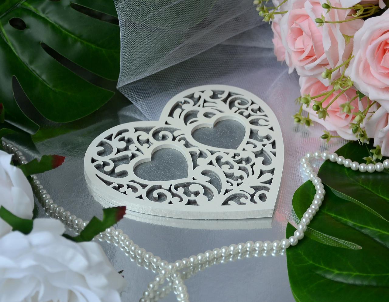 Деревянная подставка для обручальных колец с белым узором  в серебристом цвете