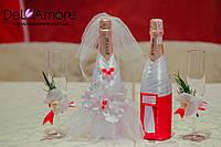 Свадебное шампанское с бокалами, оформлены живыми цветами