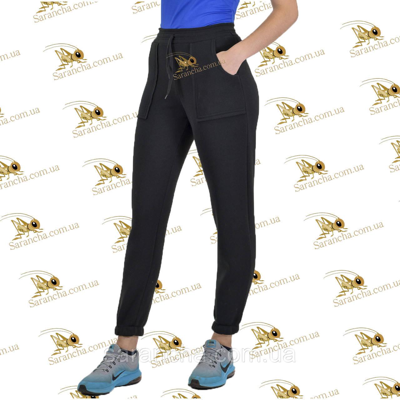Спортивні брюки з накладними кишенями на манжеті-резинці трехнитка на флісі колір чорний