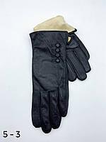 Женские кожаные перчатки на коротком плюше.