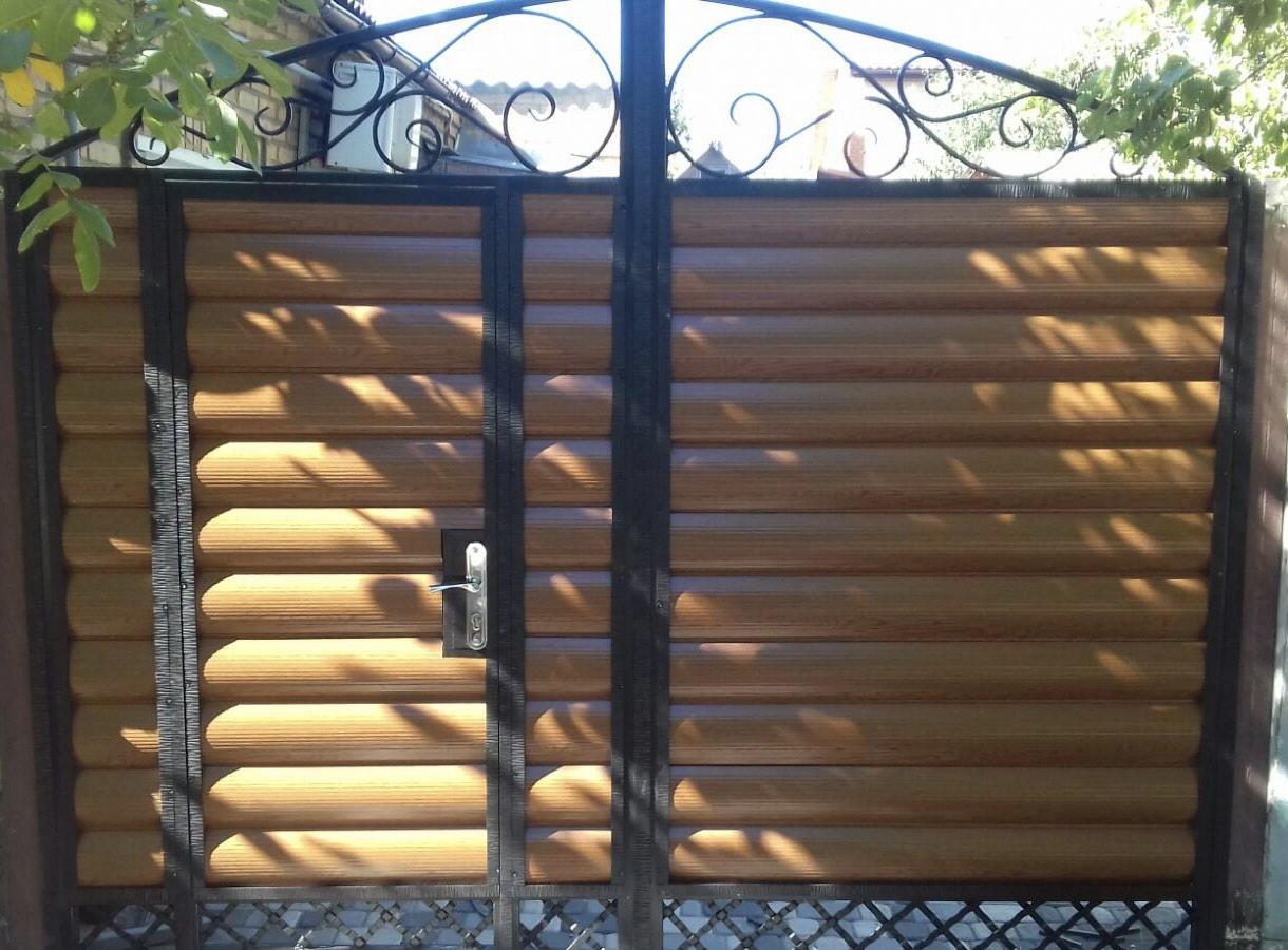 Ворота из блокхауса с калиткой