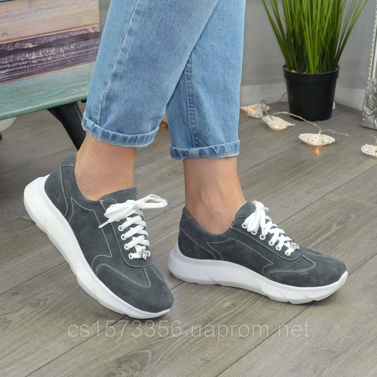 Кроссовки женские замшевые на белой подошве, на шнурках. Цвет серый