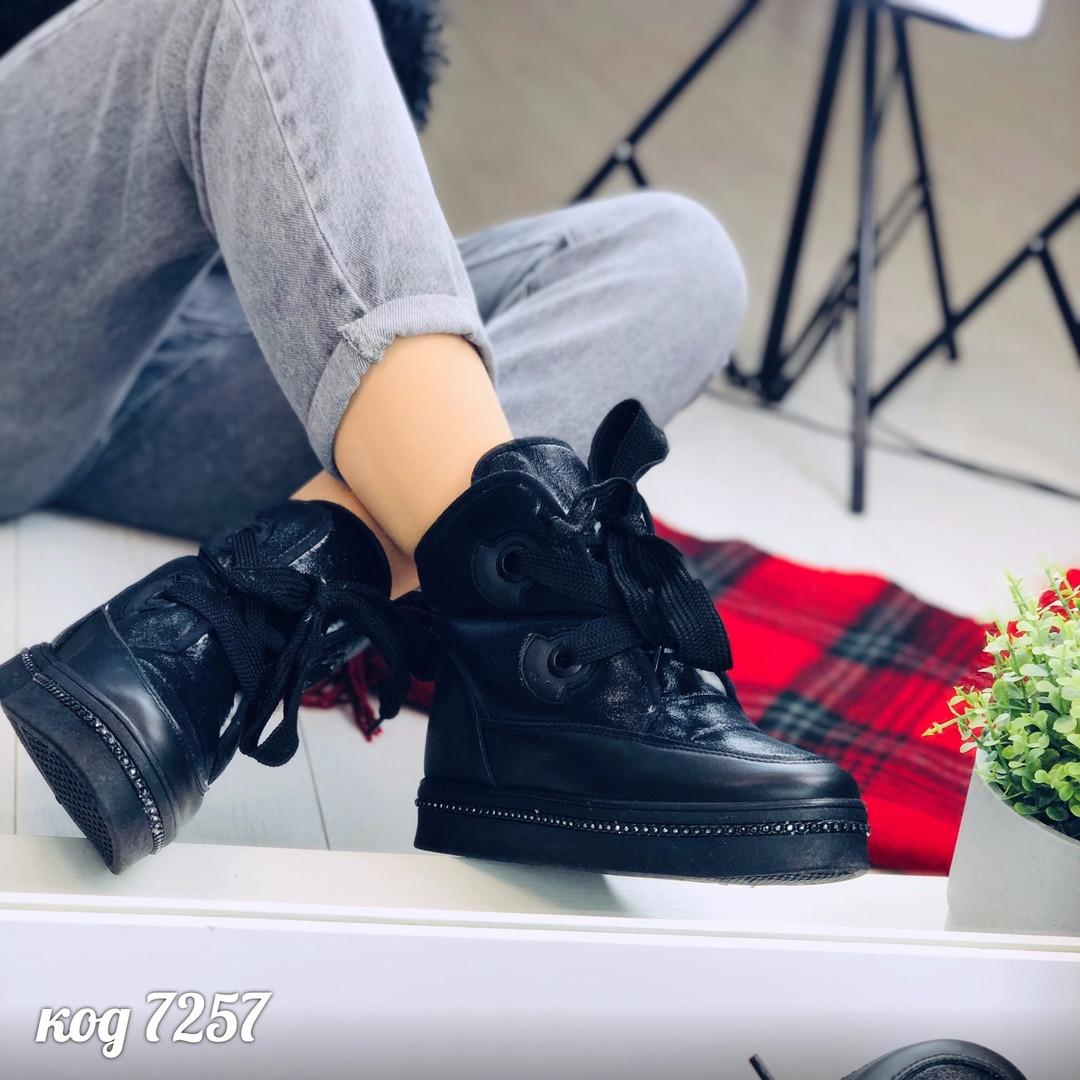 Черные зимние ботинки из эко-кожи и блестящей ткани  на завязках (2А)