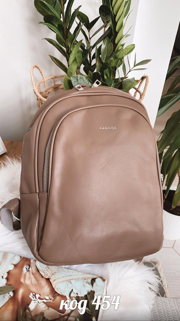 Рюкзак из эко-кожи среднего размера бежево-коричневого цвета