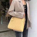 Женская большая классическая сумка на цепочке бежевая, фото 7