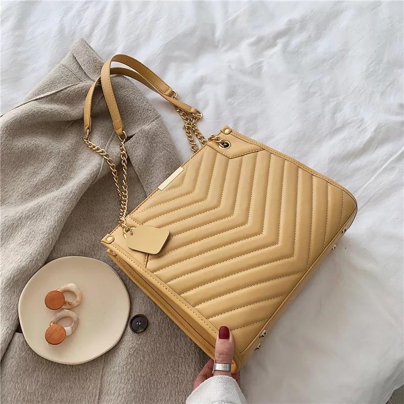 Женская большая классическая сумка на цепочке желтая