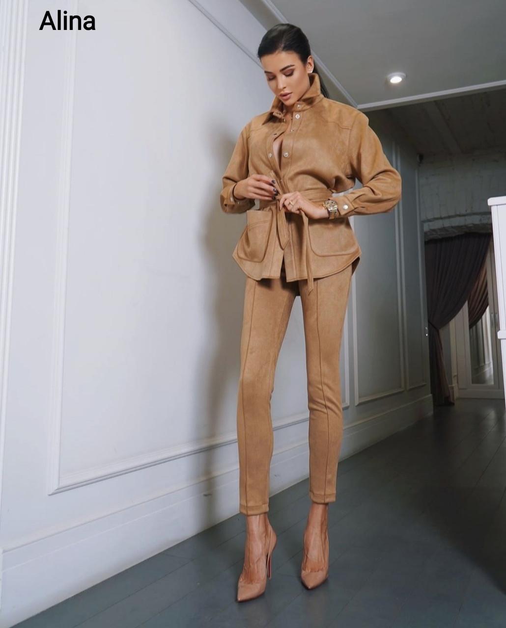 Женский замшевый брючный костюм с зауженными брюками и удлиненной рубашкой оверсайз 38st1420