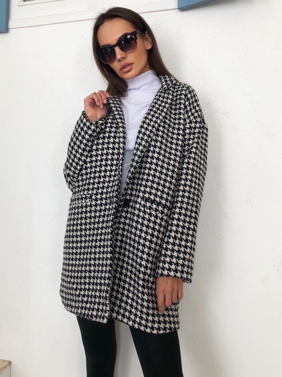 Женское черно - белое Пальто оверсайз на одну пуговицу в принт гусиная лапка 22lt293