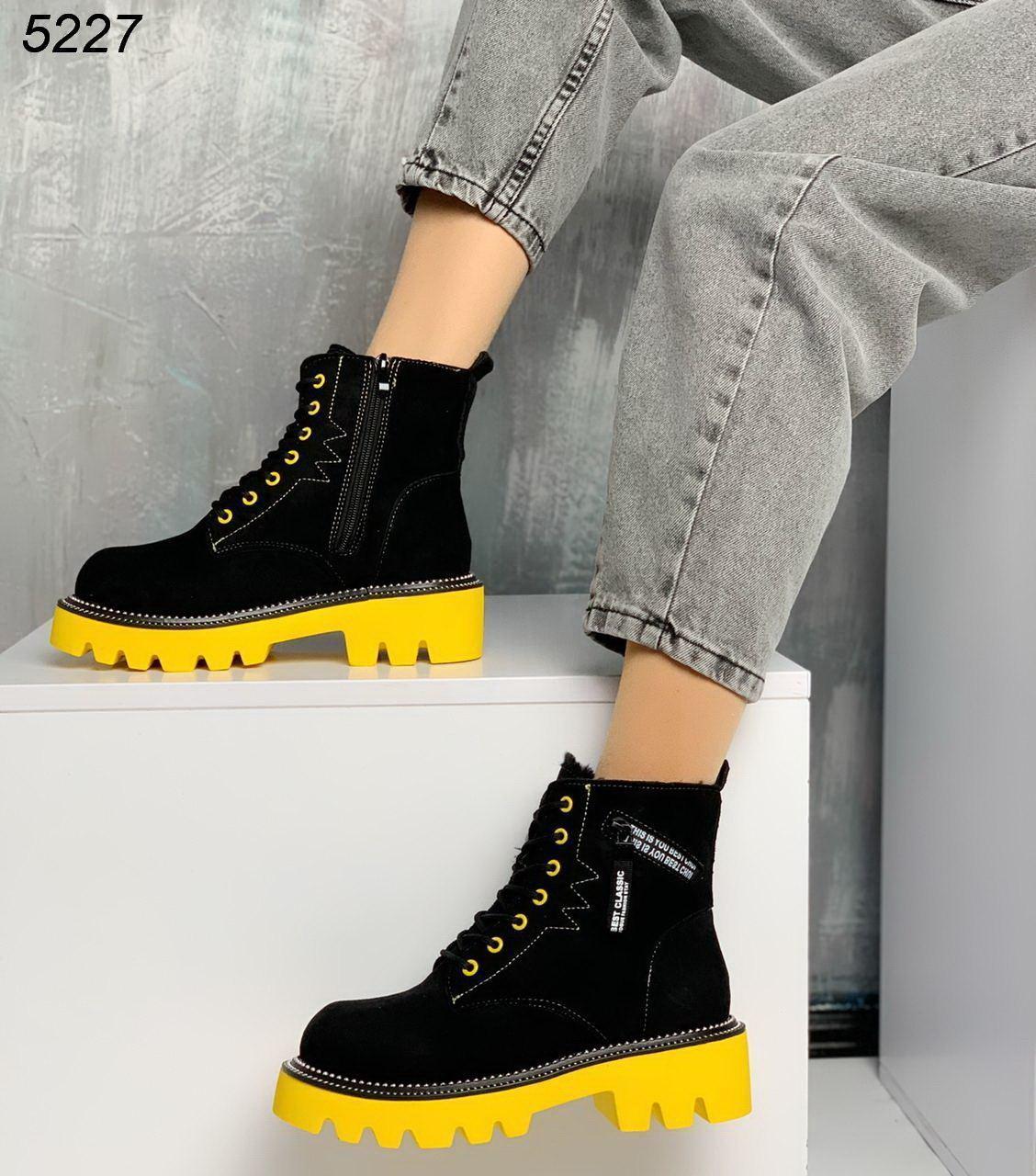 Женские черные зимние ботинки из замши на желтой и красной подошве JQ5227